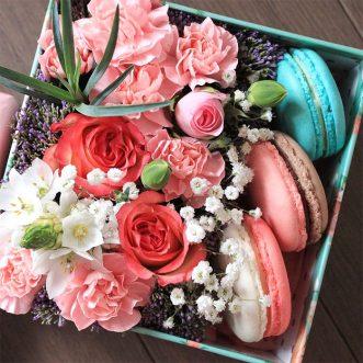 3 макаруна с цветами