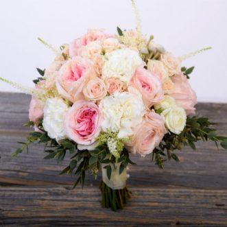 Букет невесты из кремовых и розовых роз «Любви не миновать»