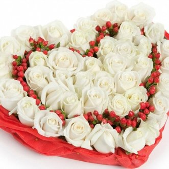 Композиция сердце из белых роз