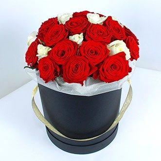 Красные и белые розы в коробке