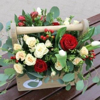 Розы и тюльпаны в ящичке