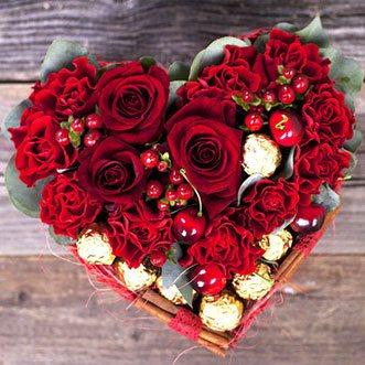 Сладкий набор с конфетами и цветами