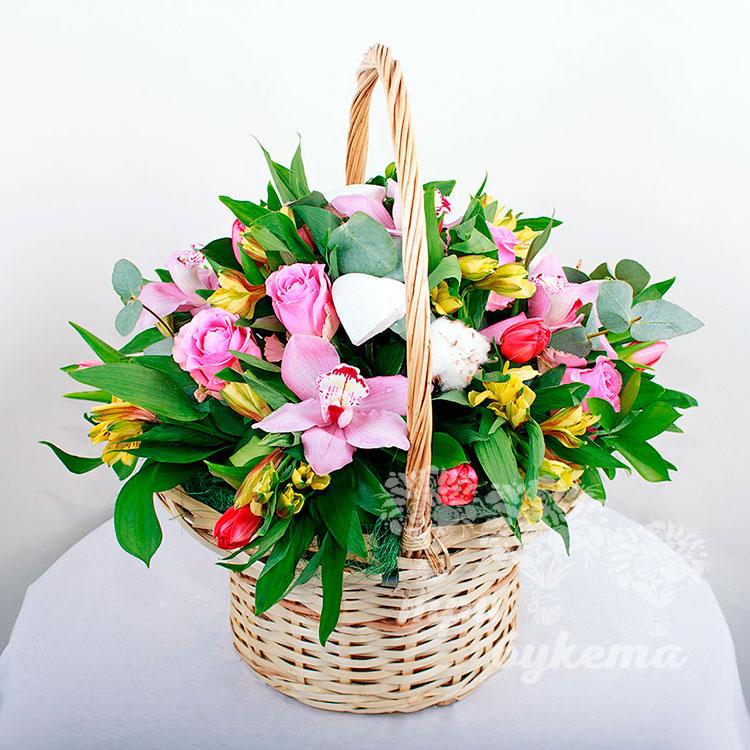 Корзина альстромерий и роз