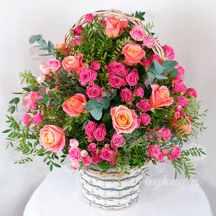 Корзина кустовых роз