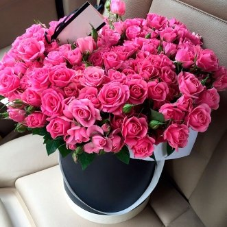 Кустовые розовые розы в коробке