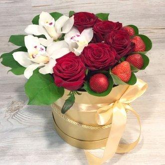 Орхидеи, розы и клубника в коробке