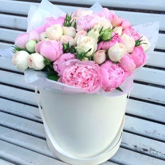 Пионы и розы в коробке