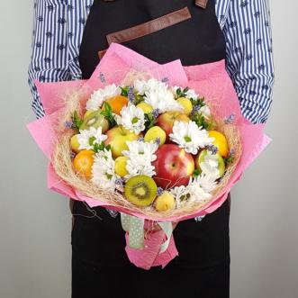 Букет из фруктов и хризантем