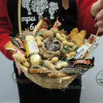 korzina-s-kofe-i-sladostyami