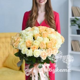 buket-iz-51-beloj-i-persikovoj-rozy