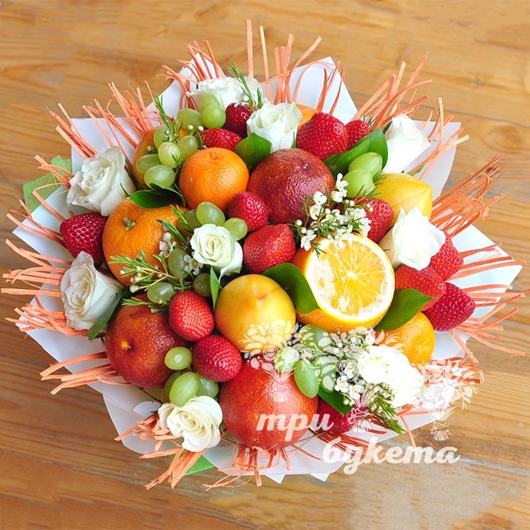 buket-iz-fruktov-i-belyh-roz