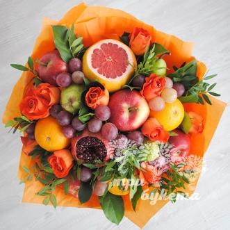 buket-iz-fruktov-i-oranzhevyh-roz
